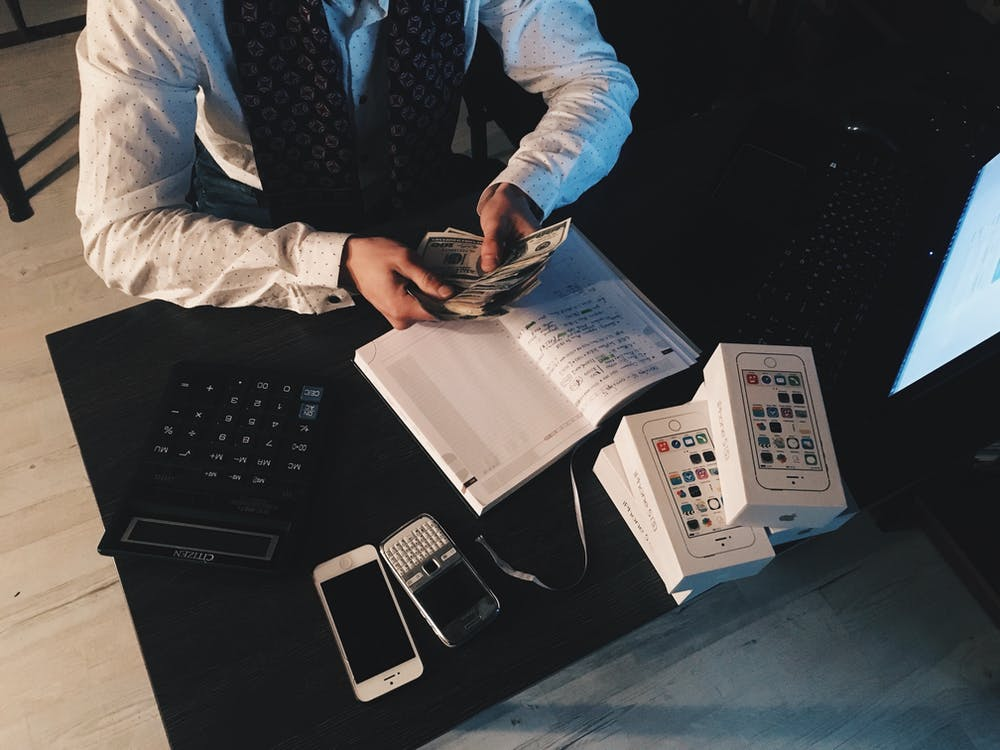 自己破産の費用相場・金額を解説!申請手続きは自分でできる?