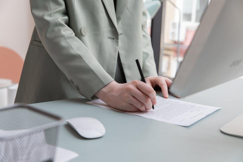自己破産の手続き方法は?申請費用・期間・流れを解説